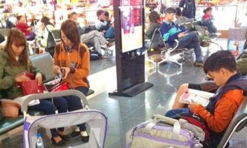 Có được mang xe đẩy em bé lên máy bay không?
