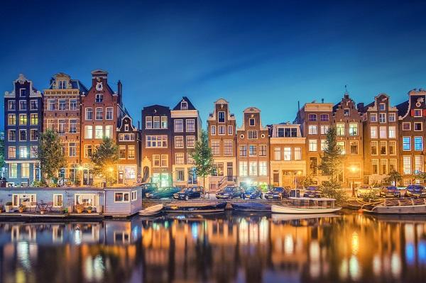 ve-may-bay-di-amsterdam